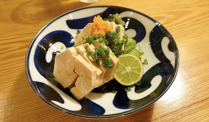 旬の魚をはじめとした日本酒にぴったりのアテが素晴らしい!素材プラス繊細な仕事と美しい盛り付けが光る一品はどれも美味!