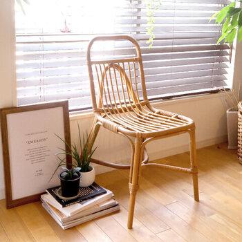 ラタン素材で家具を作る「JUGLAS(ユグラ)」シリーズのダイニングチェアは、レトロな空気感を持つ軽やかなデザイン。ダイニングチェアとしてはもちろん、1脚で置いても凛とした存在感が。