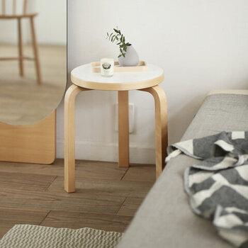 北欧モダンの代表的家具ブランド「artek(アルテック)」。3本脚のスツール「Stool60」は、どんな部屋にでも馴染むナチュラルさ。ちょっと腰掛けたり、サイドテーブルとして使たりと想像力を広げてくれます。