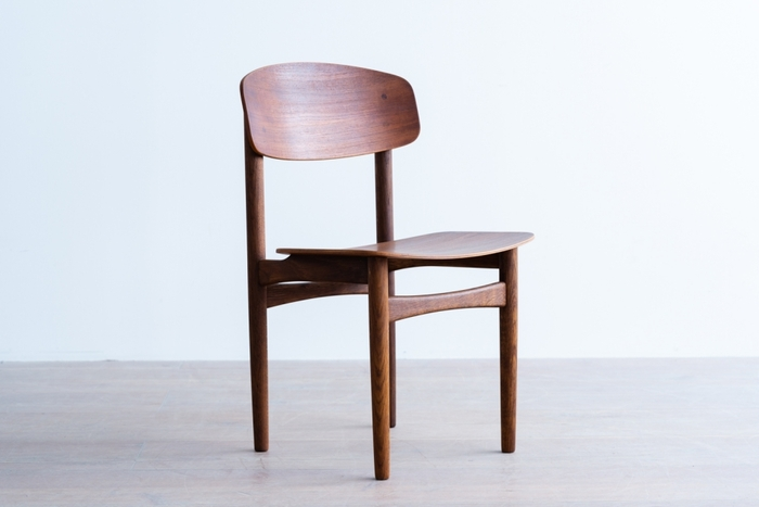 デンマークの家具デザインの巨匠、ボーエ・モーエンセンによるダイニングチェア「model.122」は、ノスタルジックな中にも力強さを感じさせる風格が。どんな空間にも馴染むプレーンさも兼ね備えた、使い勝手のよい椅子です。