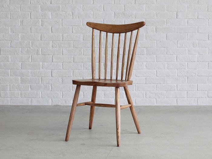 インダストリアルな雰囲気を持つ「Knot antiques(ノットアンティークス)」の「CALL CHAIR(コールチェア)」は、軽やかでだけど深みのあるデザイン。丸みを帯びた背もたれが、座る人を優しく包み込んでくれます。