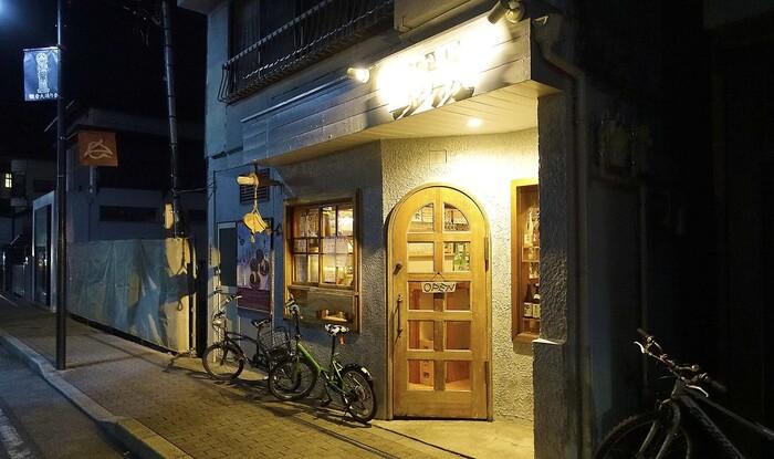 由比ヶ浜通り、長谷観音の少し手前に位置する、まさに大人の隠れ家的お店が「皿のうえ」です。カウンターが主になっているお店でいつも常連さんや地元民で賑わいを見せています。