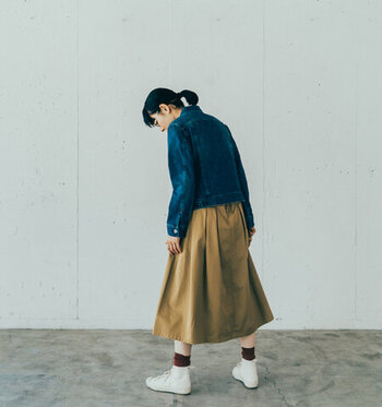 「Gジャン×スカート」で作る、女性らしさ薫る春の大人カジュアルコーデ