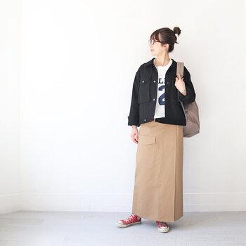 Gジャンに、白のロゴトップスとベージュのタイトスカートを合わせたコーディネート。バッグはベージュ系のリュックで、スカートスタイルをとことんカジュアルにまとめています。足元は赤のハイカットスニーカーで、落ち着いたカラーリングの中に程よいワンアクセントをプラスしています。