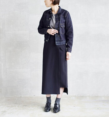 Gジャンに、グレーのトップスとネイビーのタイトスカートを合わせたコーディネート。カジュアルなイメージの強いGジャンも、ダークトーンでまとめると大人っぽさがアップします。足元もグレーの靴下×黒シューズで、クールな雰囲気の着こなしに。