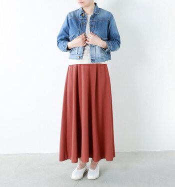 コンパクトなサイズ感のGジャンに、シンプルなトップスと赤のフレアスカートを合わせたコーディネート。足元は白のシューズで、爽やかな雰囲気にまとめています。Gジャン×赤スカートの組み合わせは、女性らしいカジュアルコーデを楽しみたい方にもおすすめ♪