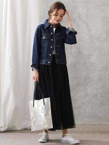 Gジャンに白トップスを合わせて、ボトムスは黒のチュールスカートをチョイス。バッグとスニーカーは、さりげなく見せたトップスと色を合わせて白系で統一しています。カジュアルアウターに、あえて女性らしいスカートを合わせて、大人のミックススタイルに♪