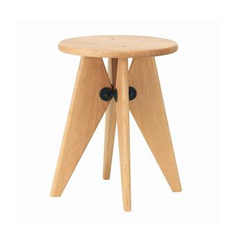 スイスの家具メーカー「Vitra(ヴィトラ)」のスツール「Tabouret Solvay(タブレ ソルヴェイ)」は、独特の脚が印象的。