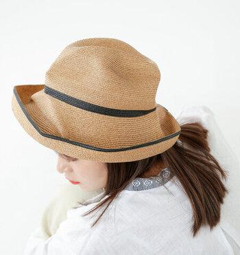神戸で生まれた帽子ブランド「mature ha.」。くしゃっとした独特のフォルムがかわいいラフィアハットです。ツバが広くしっかりと日差しをカットできるので、これからの季節の首元の日焼け対策にも◎。