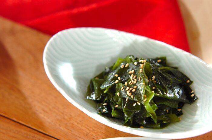 生野菜以外で、緑の副菜を足したいときに便利なレシピ。こちらは、塩蔵のものを使用していますが、乾燥わかめを戻して使ってもOK。少ない材料で作れるので困ったときの一品として定番になりそうです。お酒のおつまみとしてもササっと作れますよ。