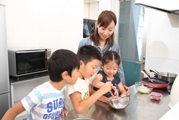 """今回ご紹介するのは、幼いお子さんでも楽しめる、とってもカンタンな""""実験的な要素""""を取り入れたレシピです。  カンタンなので、料理が苦手なお母さん・お父さんでも、お子さんに調理の工程を丁寧に教えつつ、こなしていけますよ。ぜひお家のおこもりDAYやお子さんのお友達が遊びに来る日などに、試してみてくださいね。"""