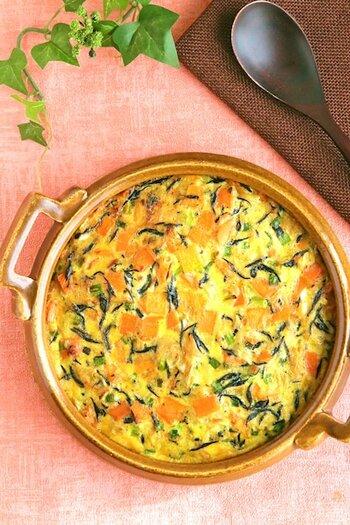 食卓が華やかになるオープンオムレツもストック食材で作れますよ。ひじきと切り干し大根、先ほどご紹介したツナ缶を使ったレシピ。栄養バランスもよく、白だしが優しい味わいです。