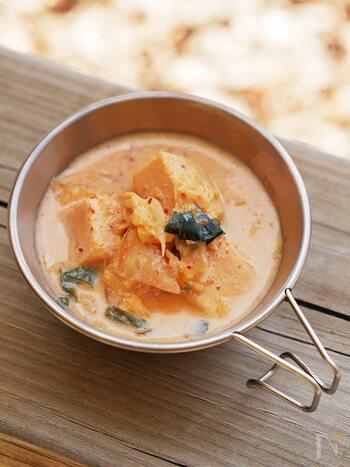 キムチ×豆乳の組み合わせがこっくりとしていて、高野豆腐に旨味がしみわたります。和風のイメージが強い高野豆腐ですが、新鮮な味わいに。分離しないよう弱火にするのがポイントです。