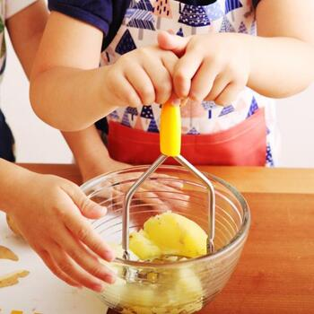 """「料理は科学」とよく言われるように、熱を加えたり、水や塩が食材に作用したりと、基本的な調理法にも理科の実験的な要素が多く含まれています。  お子さんと一緒に過ごすお家時間、そんな""""実験的な要素""""を取り入れた親子クッキングを楽しんでみてはいかがでしょう。"""
