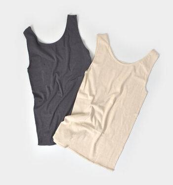 スーピマコットンとシルクの混紡糸で編み上げられたタンクトップ。伸びが良く、脇に縫い目がないので肌に優しい着心地です。