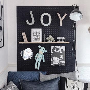 壁紙の張替えはハードルが高い…という方は、有効ボードで好みの色を加える方法も。簡単にインパクトのある壁面を作れます。  有孔ボードには、棚やボックスなど、多種多様な収納アイテムを取り付けられ、お部屋はもちろんキッチンやリビング、洗面所など場所を選ばずに設置することができます。