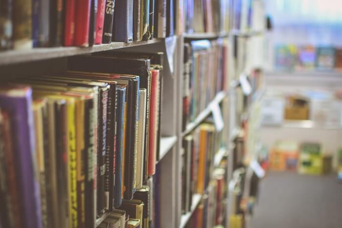 本屋さんに行ったら小説や文学の棚に直行!という方は、いつもとは違うジャンルの棚へ。たとえば、エッセイやノンフィクション、はたまたビジネス書や自己啓発本など…何となく選ばなかったジャンルを選んでみましょう。  なぜ選ばなかったのか、理由を探ってみても明確な答えが出てこない場合も多いのではないでしょうか。 「何となく」の中に、実は自分が解決したかったことや、もう一歩前進するためのヒントが隠れているかもしれません。  新たな世界と出合うわくわく感も新鮮ですね。