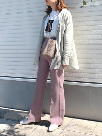 くすみピンクも今年らしい色味でおすすめしたいカラー*トレンドのフレアパンツは、可愛さだけではなく脚長効果も期待できるので1枚持っておくと便利なアイテムなんです♡柔らか素材なシャツも春らしさを一気にUPさせてくれますよ◎