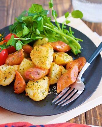 のり塩と相性抜群なじゃがいも。ウインナーと一緒に炒めれば、ボリューミーなジャーマンポテトの出来上がり。一度粉ふき芋にすることで、ほっくりと仕上がります。