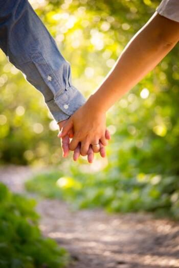 """そのため、男性も女性も左の薬指に指輪をはめることで、""""永遠の愛の絆を誓う""""という意味が込められるようになったと言われています。結婚していなくても、互いの愛を深め、絆を深めたいという意味ではめる場合もあるそうです。"""