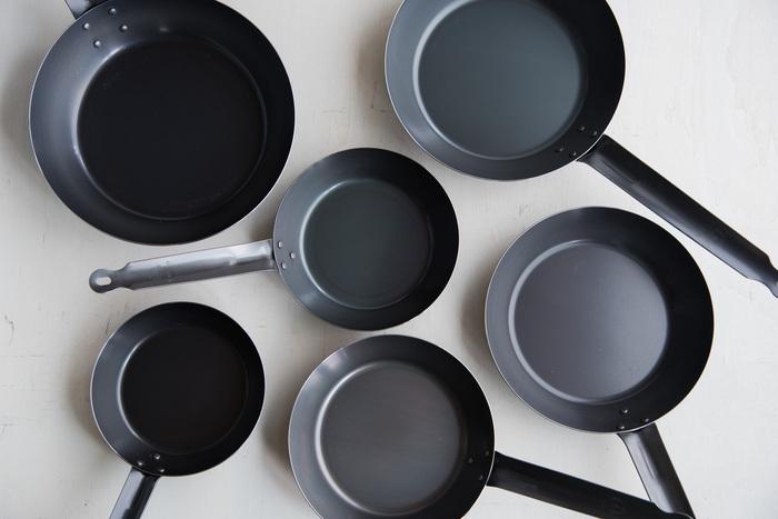 業務用のアルミニウムやステンレス鍋などのエキスパートである「中尾アルミ製作所」が手がける「キングパン 鉄のフライパン」。業務用の調理鍋を多く扱うメーカーが作るフライパンだけあり、比較的軽く作られており使い勝手は抜群です。