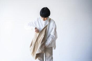 一枚のリネン生地を折り畳んで作られたオリガミバッグ。さらりとした質感が心地よい、大きめでも軽やかなバッグです。