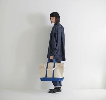 丈夫な倉敷帆布で作られたトートバッグです。持ち手やマチなど、定番できちんとした作りに好感が持てます。