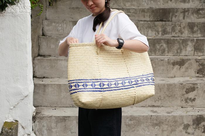 乾燥したヤシの葉の繊維で織られたトートバッグです。天然素材で大きめバッグはありそうでなかなかないかも。メキシコ南部の伝統的な編み方で作られているけど、どこか日本の工芸の雰囲気もあります。