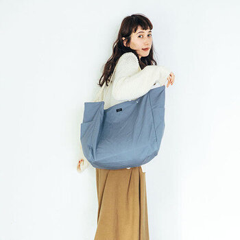 コットンで出来た普段使いに丁度いいトートバッグです。大きめの開口部とサイドのポケットが使いやすい。持ち手部分はアクリル製だから、汚れが付きにくくなっています。