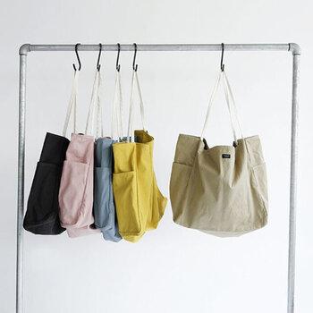 シックな色合いが多い中、大きめバグでも女性らしいベールトーンが揃っているのも魅力です。普段のお出かけやマザーバッグとして使うのも◎。