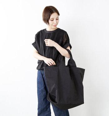 コットンとナイロンで出来たバッグは、張りのある質感と大胆な取っ手のデザインが大人っぽい。こなれたカジュアル感を演出してくれます。