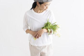 柔らかでも薄手ではないから、下着の色やラインを拾わない。ゆとりのある身幅と幅のある襟ぐりがポイントになっています。