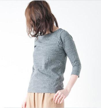 着た時の襟元がスッキリと見えます。やや細めの袖口は、華奢で繊細な女性らしいシルエットを作ってくれます。