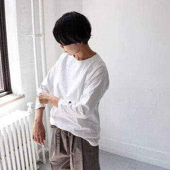 程よい七分袖と、癖のない襟ぐりが着やすそうなデザインです。厚みのあるスウェット生地が程よく体のラインを隠してくれそう。