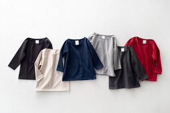 シックで使いやすい色合いのカットソーたち。襟ぐりは横にやや開き、一枚でも重ねて来ても使いやすい。襟回りは伸びにくいように縫製が施されています。