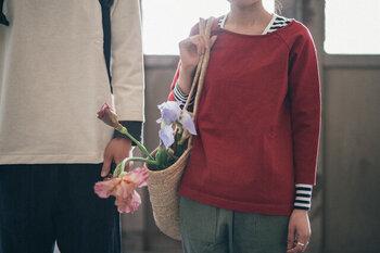 九分丈の袖は、七分丈にはない微妙な抜け感がこなれて見える。やや広めの襟回りで重ね着を楽しむのも◎です。