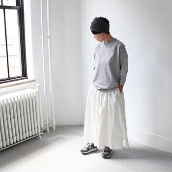 オールシーズンコーディネートに取り入れられるカットソーは、何枚あっても困らない定番です。シンプルな無地のカットソーは生地の質感や作りが印象を大きく左右します。上質で自分に似合う一着を探そう。