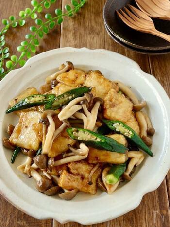 味がしみやすい冷凍豆腐は炒め煮、煮物にも最適です。具材や味付けを変えれば、いろいろなお料理に変身◎。大きめにカットしてあげると、噛むたびに味わいが広がりやすくなりますよ。