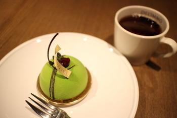 「デュオピスターシュ」は、シェフもお気に入りだというイタリア産の高級ピスタチオペーストをふんだんに使ったケーキ。