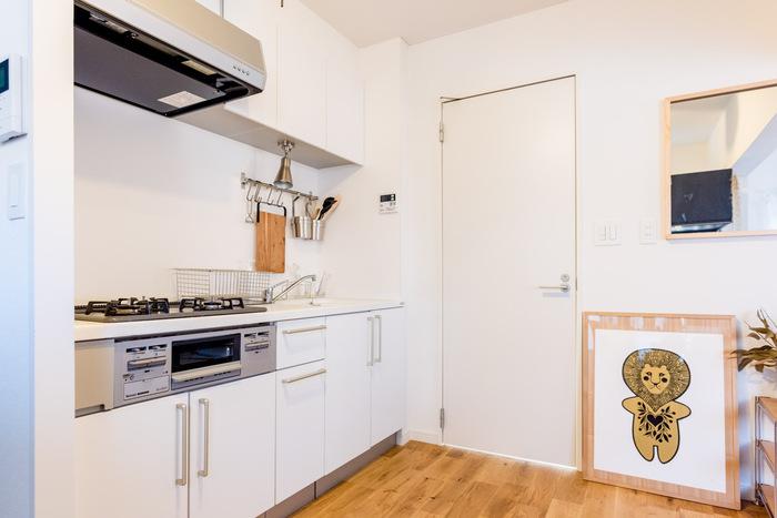 壁付けのI型キッチンは、ダイニングと一緒の空間になっていることが多く、背面はくつろぎスペースであったり、生活動線であるため、対面式のように背面を収納に使えない場合も。