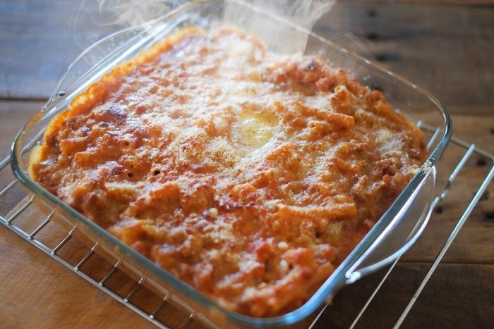 「耐熱皿」が適している料理といえば、「グラタン」や「ラザニア」、とろ~りチーズが美味しい「焼きカレー」、「焼きパスタ」、さらにはオリーブオイルたっぷりの「アヒージョ」など・・・。柔らかかったり、汁っぽかったりして、アルミホイルの上にのせて焼けないようなものを焼いて作る料理に適しています。  まず着目したい「耐熱皿」のメリットは、上でご説明したとおり、そんな柔らかい&汁っぽい料理を、調理する道具として使えて、かつ、そのまま食器としても使えること。  いわゆる2WAY的な使い方ができるのが、大きな魅力。