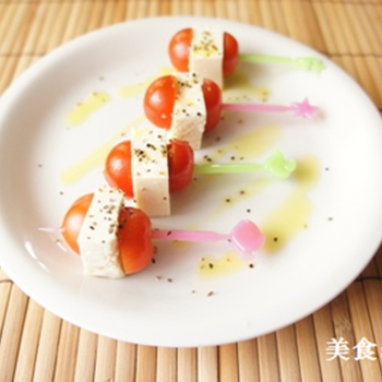 豆腐に塩をふって置いておくとチーズのような食感に!?おつまみやパーティーにおすすめです。たくさん水分が出ていくので、こまめにキッチンペーパーを交換するのがポイント。