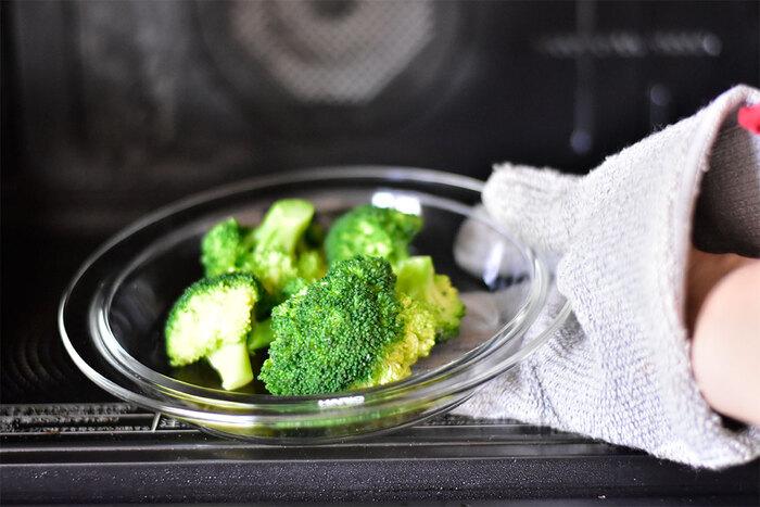 「耐熱皿」といえば、オーブン、あるいは直火による熱に耐えてくれるお皿というイメージですが、それだけではなく、電子レンジにも万能なものがほとんど。  時短料理のおともに欠かせないものといえば、電子レンジで調理に向いた耐熱性プラスチック容器などが代表的ですよね。ですがこのように耐熱ガラスのうつわが一つあれば、レンチン調理向けのキッチンツールとしても、食器としても、活躍してくれますよ。ミニマリストさんにもおすすめ。