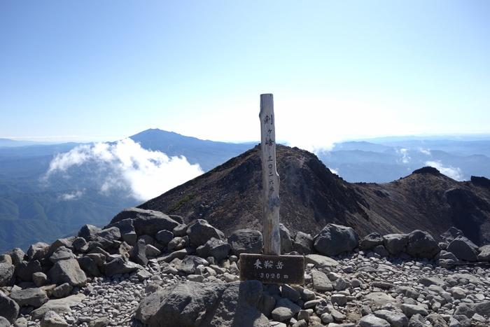 日本百名山、新日本百名山に選定されている乗鞍岳とは、標高3026メートルを誇る剣ヶ峰を主峰とする山々の総称です。