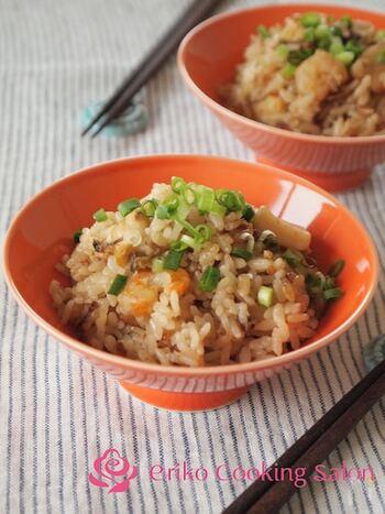 シーフードミックスとお米をいっしょに炊くだけで、海鮮のうまみたっぷりの炊き込みごはんに。味付けはポン酢だけなのでとても簡単です!だし昆布を入れると旨味がまします。