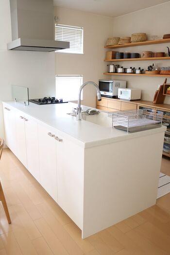 対面式のI型キッチンは、家電や食器などの収納スペースが、カウンターに対して背面に設置されていることが多いですよね。 料理中に振り返ればすぐに必要なものが手に取れるので、導線が効率的で使い勝手も良いレイアウト。 壁面を利用して飾り棚を設置すれば、ディスプレイする楽しさもあります。