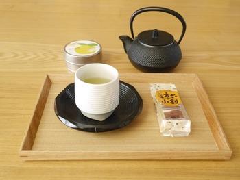 爽やかな香り高いゆず茶を南部鉄器の急須で淹れれば、まろやかでもっと美味しくいただくことができますよ。あえて洋菓子のバームクーヘンを添えて、豊かなお茶時間を。