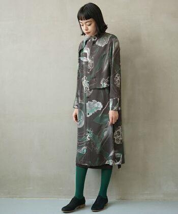 手描きのコラージュがプリントされた、こだわりの感じられるブラウス襟付きのドレス。シックなグレーとゆったりと柔らかなシルエットが、洗練された大人の女性らしさを高めてくれます。
