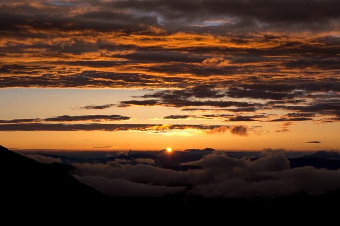 乗鞍岳で眺める日の出の美しさは傑出しています。徐々に白くなってゆく空、朝陽を浴びて輝く雲が織りなす景色は神秘的で、思わず息を呑むほどです。