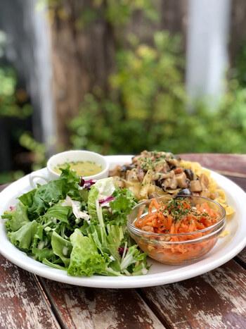 ガーデンカフェらしく、お食事も新鮮や野菜をたっぷりと使ったお料理が楽しめます。オーガニックコーヒーやオーガニックフルーツを使ったジュースなど、ドリンクメニューも充実しているので、ランチからティータイムまでどんなシーンでも利用できますよ。広尾にある話題のカフェです。